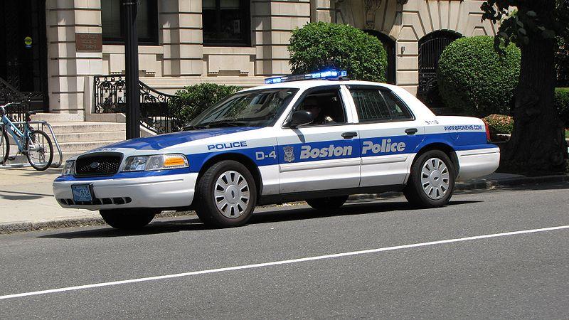 800px-Boston_Police_cruiser_on_Beacon_Street