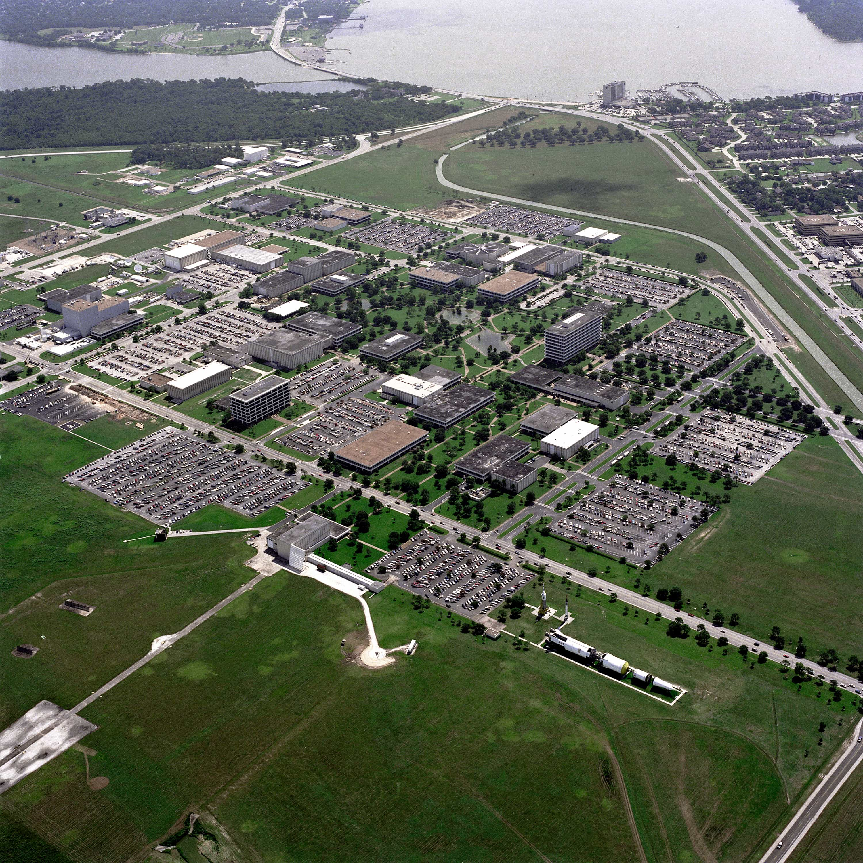 Aerial_View_of_the_Johnson_Space_Center_-_GPN-2000-001112