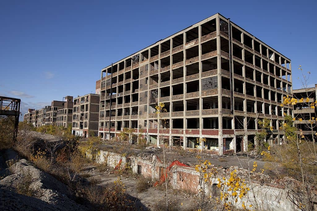 1024px-Abandoned_Packard_Automobile_Factory_Detroit_200
