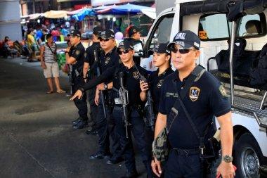 in-manila-police-welcome-arrival-of-president-duterte