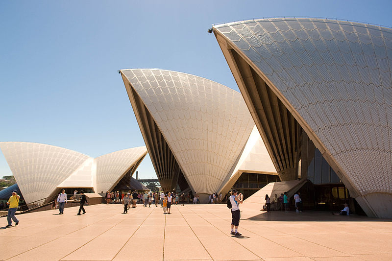 800px-tourists_and_sydney_opera_hosue